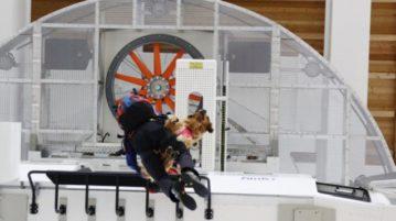 Hund und Mensch hängen am Seil unter einem Helikopter