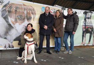 Vertreter des Bonner Tierschutzes mit dem Bahnhofsmanager