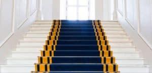 Treppen in einem Schloss mit blauem Teppich
