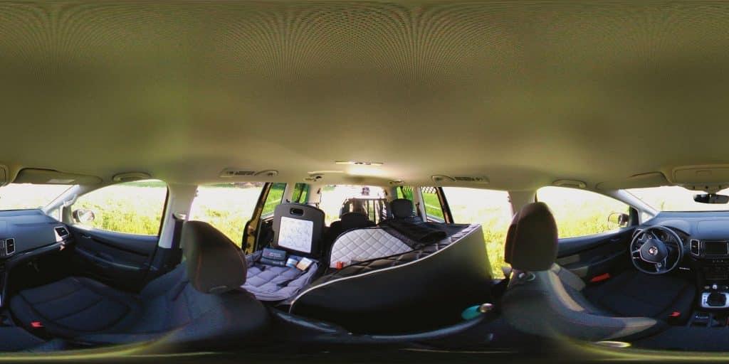 im Innenraum eines VW Sharan