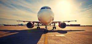 Flugzeug auf der Rollbahn an einem Flughafen