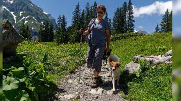 Frau und Hund wandern gemeinsam