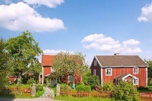 rot gestrichene schwedische Häuser im Sommer
