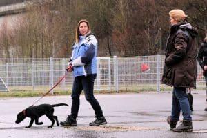 Sabine Busch (rechts) von der Hundeschule beim Training