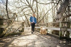 Frau geht mit Hund spazieren