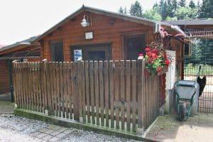 Blockhütte für Hundesenioren auf dem Sonnehof