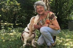 Eine ältere Dame mit ihrem Hund