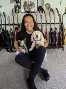 Gitarrist Herman Li mit seinen beiden Tierschutzhunden Pickles und Sinbad. Foto: Herman Li