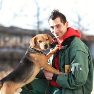 Ein Hund und Mitarbeiter im Tierheim Berlin