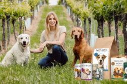 Die Gründerin von DOG'S LOVE, Katharina Miklauz, mit 2 Hunden im Weinberg