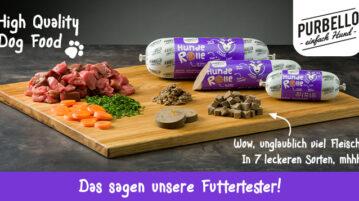 Die Purbello HundeRolle in Wurstform liegt auf einem Brett. Das Futter sowie die Zutaten sind zu sehen.